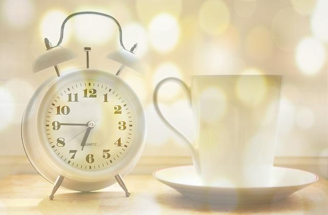 שעון מעורר וכוס תה - בוקר טוב - בבוקר המוח רענן וזה זמן אידיאלי לעבודה מאומצת