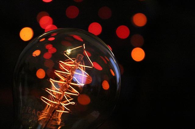 נורה של רעיונות חדשים - היצירתיות עולה בשעות הערב