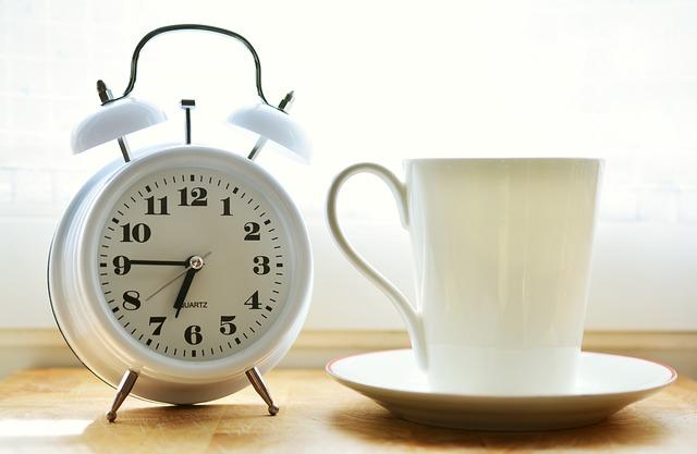 קבעו לעצמכם שעות עבודה לניהול זמן יעיל בעבודה מהבית